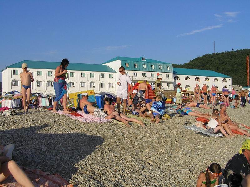 На центральном пляже Новомихайловского
