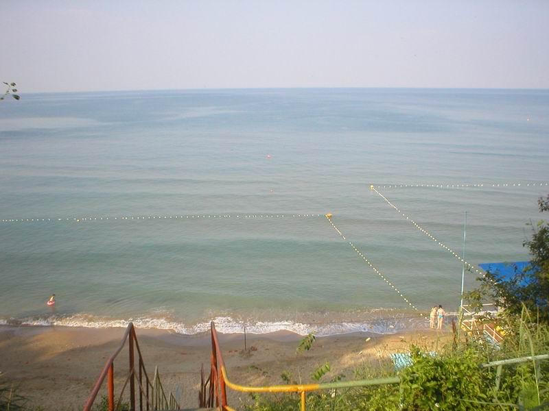 Между Новомихайловским и Лермонтово берег узкий и обрывистый...