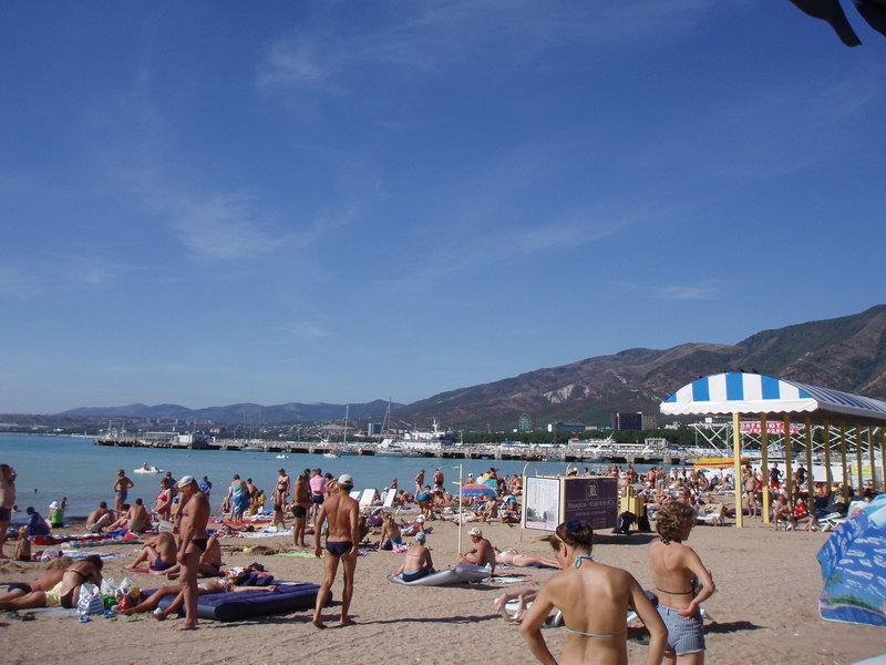 Несмотря на вторую половину сентября, народу на пляже прилично. А что здесь творится в июле?...