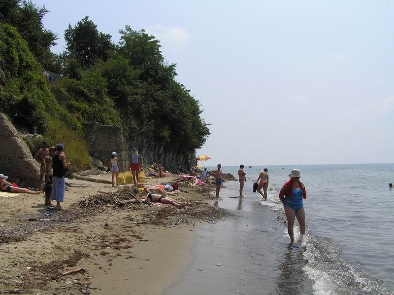 Джубгинский пляж с одной стороны упирается в гору Ёжик, а с другой просто сужается до минимума