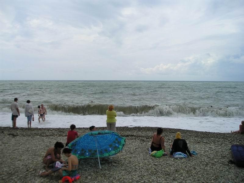 Даже в непогоду на пляже есть народ