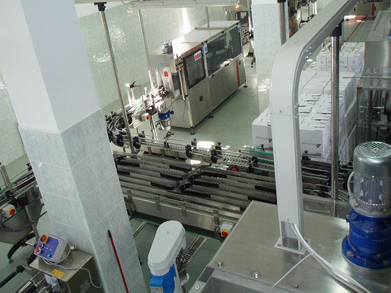 Весь процесс производства вина полностью автоматизирован...