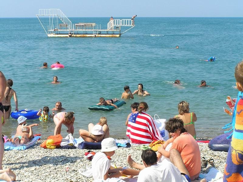 На пляже можно нырнуть с вышки...