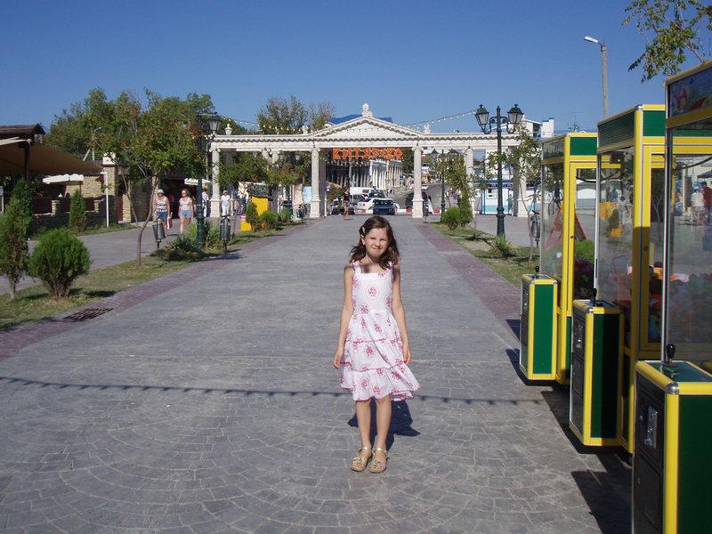 Витязево. Колоннада на входе на набережную.