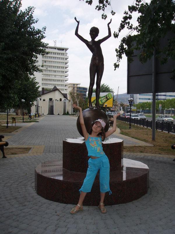 Девочка на шаре. И около. :)