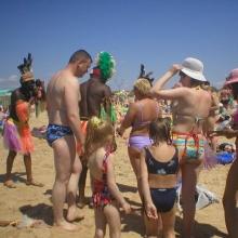 На пляже можете сфотографироваться с туземцами...
