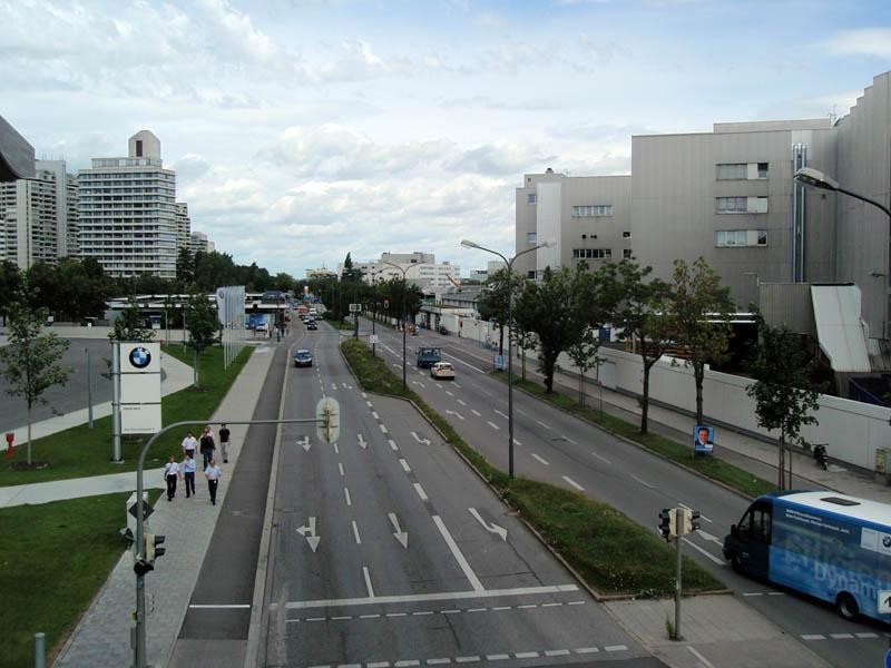 Виды с моста между зданиями