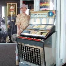Настоящий музыкальный автомат с винилом, да еще и работает!