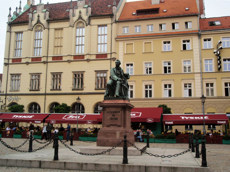 Рыночная площадь. Памятник драматургу Александру Фредро, вывезенный из Львова
