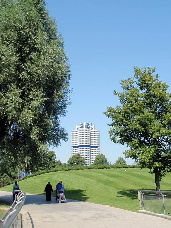 Вид на здание BMW
