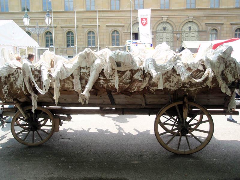 ...телегу с мумиями...