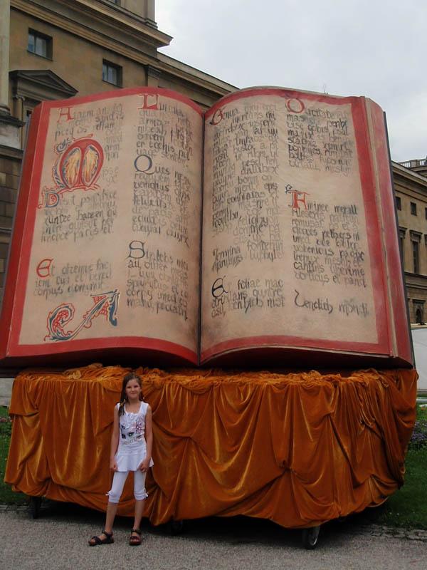 ...и гигантскую колдовскую книгу.
