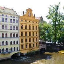 Здания на реке