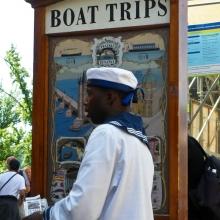 Негры зазывают на прогулки по Влтаве на пароходах