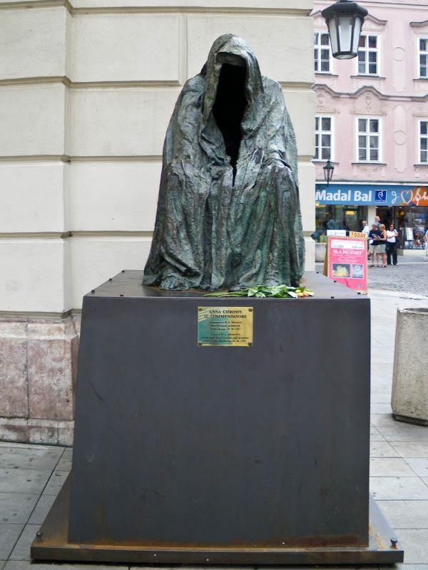 Скульптура Анны Хроми. Такую же мы видели в Зальцбурге