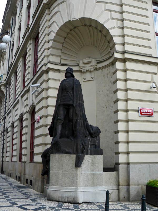 Статуя Черного рыцаря у Новой ратуши