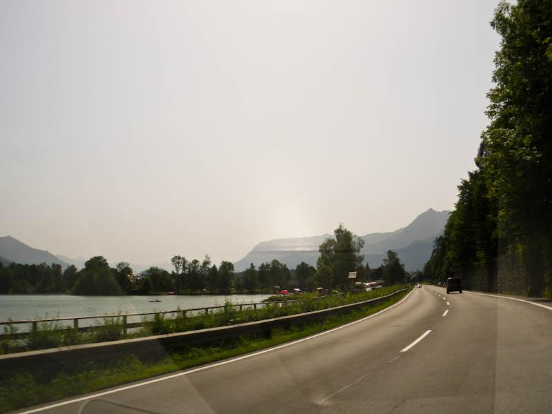 Дорога вдоль озера