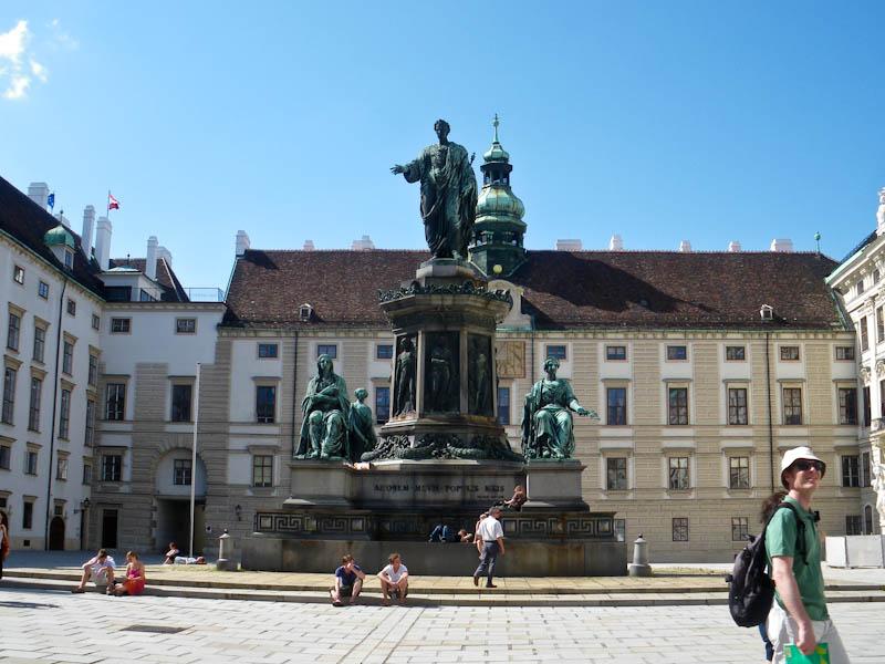 Хофбург. Внутренний двор и памятник императору Фердинанду I