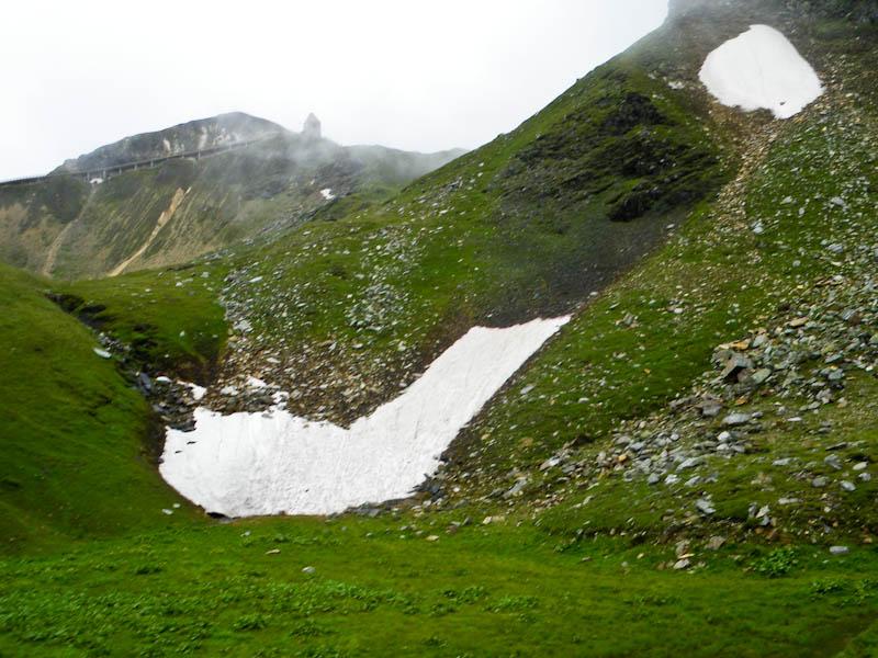 Первый снег, пока еще далеко от дороги