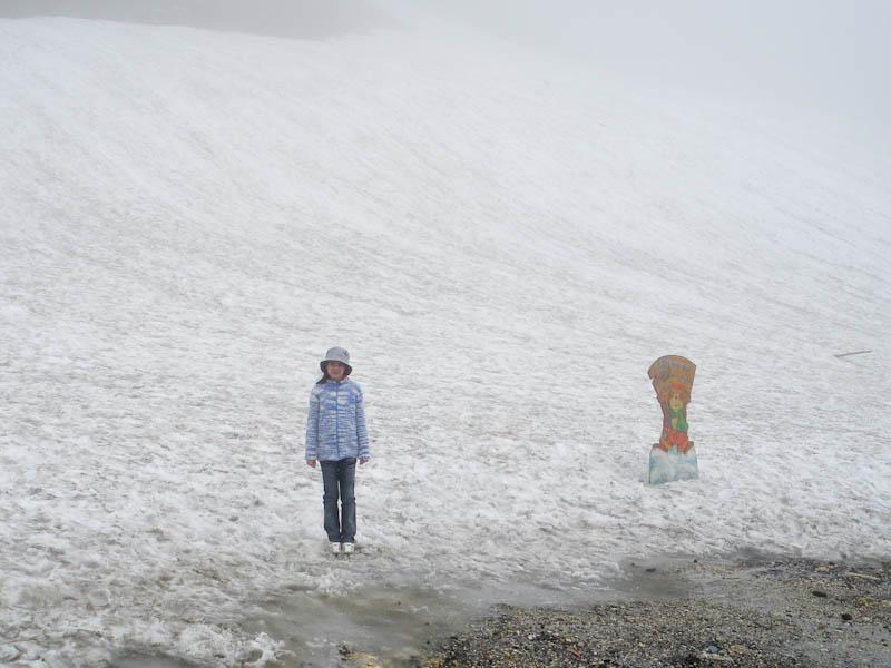 Ура, мы на вершине, можно поиграть в снежки!