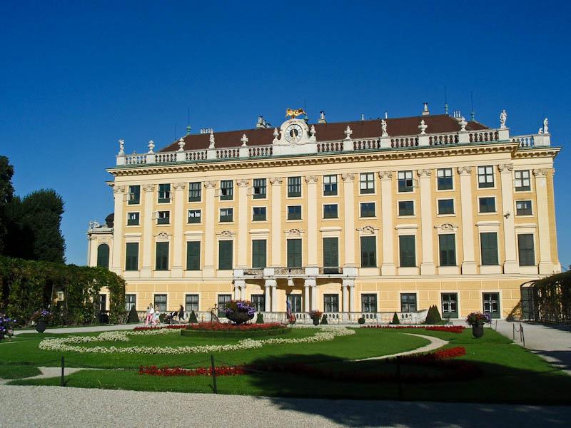 Вид на дворец из парка